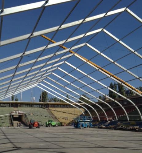 Épülnek a sátrak a MAC Hokiközpontban