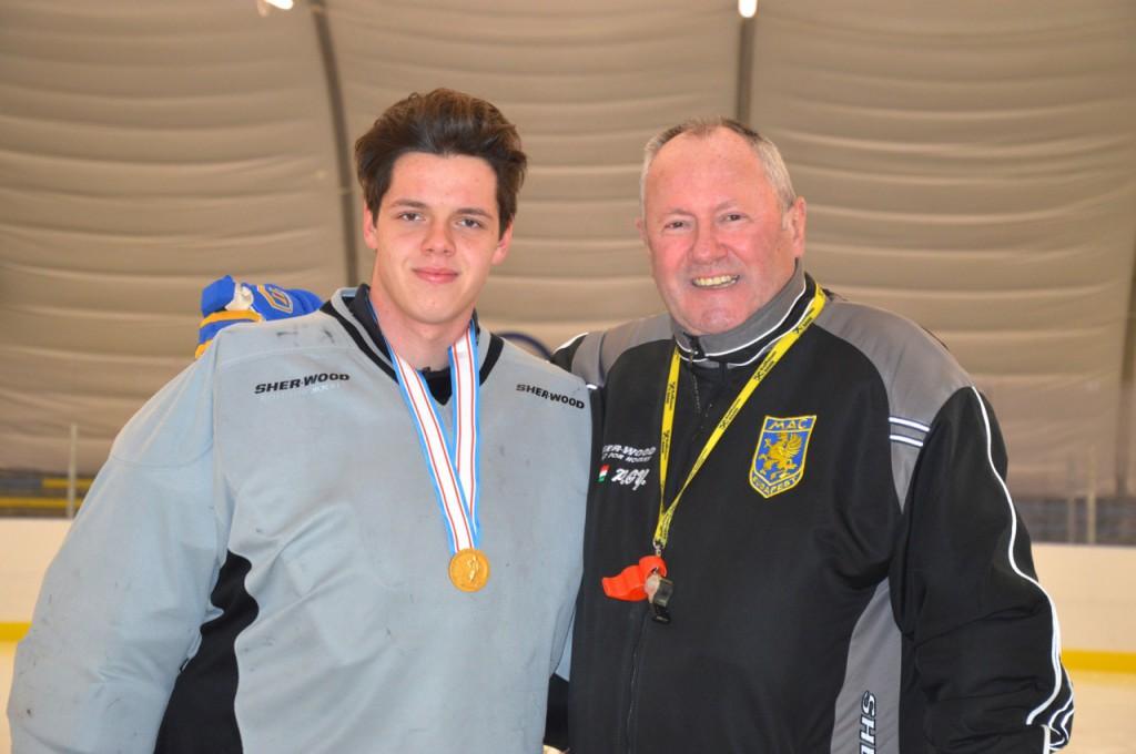 Pichler Gyula, a MAC kapusedzője (jobbra) és az 2013-as divizió 2/A világbajnokságon aranyérmes magyar junior válogatott tagja, Arany Gergely (balra)