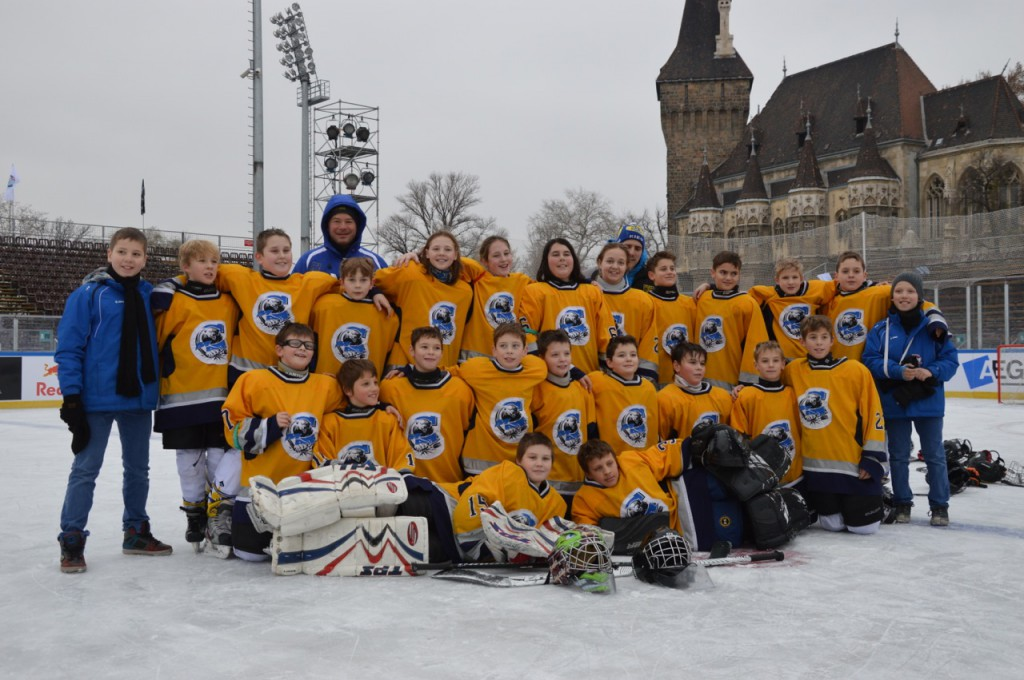 A MAC U12 B csapat a Városligeti Műjégpályán 2013. december 13-án. Edzők: Marton Tibor, Buzás Norbert