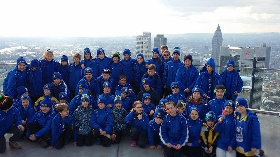 A csapat a 200 m magas Main Tower kilátóján