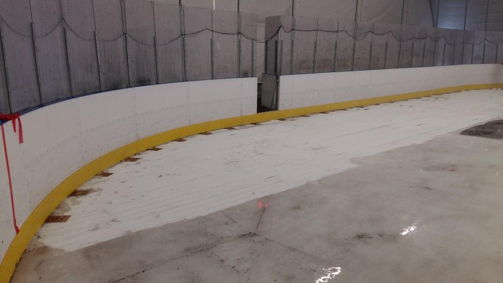 A pálya szélén felnyomódott jeget el kellett távolítani.